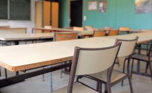Dans une salle de classe d'un lycée.