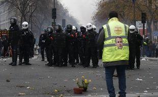 Un manifestant fait face aux policiers des brigades de répression de l'action violente le 5 décembre dernier, à Paris