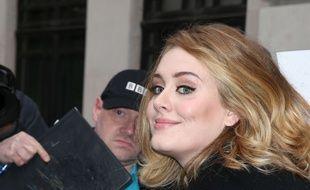 Adele signe un autographe à Londres, le 23 octobre 2015.