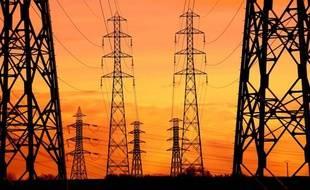 Pylônes électriques et lignes a très haute tension dans la Sarthe en février 2010.