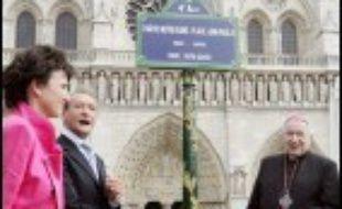 """Le parvis de Notre-Dame s'appelle désormais également """"place Jean Paul II"""", après la cérémonie dimanche en présence du maire de Paris Bertrand Delanoë et de l'archevêque de Paris Mgr André Vingt-Trois marquant cet évènement."""