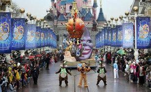 Les parcs d'attraction d'Euro Disney ont mieux fini l'année qu'ils ne l'avaient débutée, permettant au groupe de réduire ses pertes et espérer une fin de crise proche, alors que les visiteurs, à défaut d'avoir été plus nombreux en 2010, auront au moins plus dépensé.