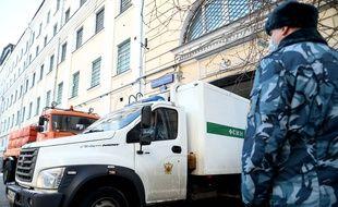 Alexeï Navalny a été amené dans un camion sécurisé au tribunal chargé de le juger ce mardi 2 février.