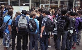 Des lycéens dans la cour d'un lycée nantais.