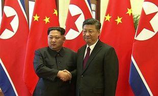 La poignée de mains entre Kim Jong-un et Xi Jinping diffusée à la télévision chinoise, le 28 mars 2018.