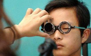 Un étudiant chinois chez l'ophtalmologiste.
