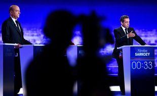 Alain Juppé (à g.) et Nicolas Sarkozy lors du premier débat de la primaire à droite, le 13 octobre 2016.