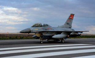Un avion de combat égyptien à l'atterrissage le 16 février 2015 dans un lieu indéterminé, de retour de frappes en Libye