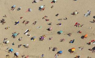Des vacanciers sur une plage en France