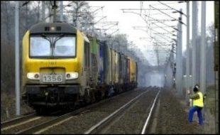 Une alerte à la bombe signée du groupe AZF sur un viaduc à Busseau-sur-Creuse (Creuse) a provoqué l'interruption partielle du trafic ferroviaire sur la ligne Bordeaux-Lyon mardi matin, a-t-on appris auprès de la préfecture.