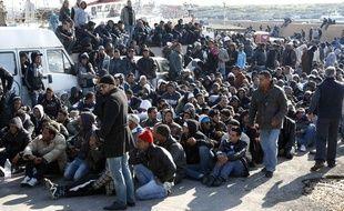Des immigrants illégaux en provenance du Maghreb, et principalement de Tunisie, arrivent sur l'île italienne de Lampedusa, le 13 février 2011.