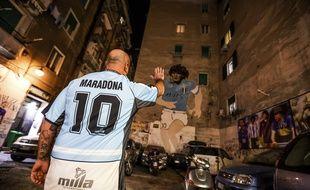 Un supporter de Naples rend hommage à Maradona.