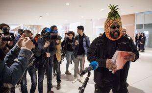 C'est vêtu d'une casquette ananas que le polémiste Dieudonné, soupçonné d'avoir dissimulé au fisc plus d'un million d'euros de recettes de ses spectacles et jugé notamment pour fraude fiscale et blanchiment, est arrivé au tribunal correctionnel de Paris pour l'ouverture de son procès.
