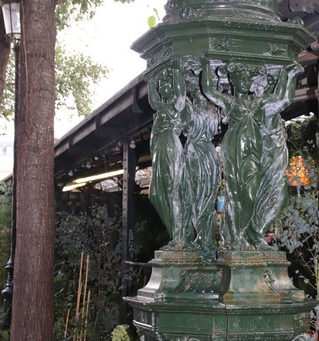La fontaine Wallace, équivalent des célèbres cabines téléphoniques londoniennes