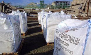 Des sacs de nitrates d'ammonium sur le site AZF, après l'explosion du hangar 221.