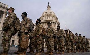 Des militaires surveillant le Capitole après les événements de ce mercredi