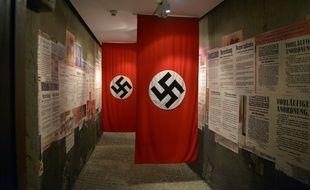 Des drapeaux nazis dans le musée Oskar Schindler Factory, à Cracovie en Pologne.