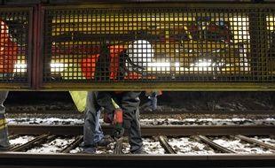 Un chantier nocturne sur des voies SNCF. Illustration