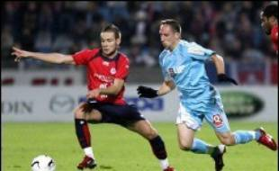 Si Lyon s'est encore éloigné grâce à sa victoire sur Valenciennes (2-1), c'est Lille qui a réussi à émerger du magma bien compact installé derrière l'OL en battant Marseille (1-0) dimanche, occupant une 2e place extrêmement convoitée, lors de la 13e journée de L1 de football.