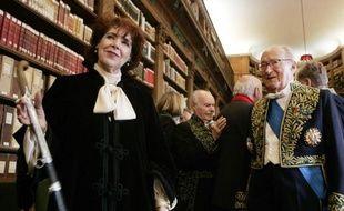L'écrivaine algérienne Assia Djebar (g), membre de l'Académie française, aux côtés d'un de ses homologues, Alain Decaux (d) à l'Académie francaise le 22 juin 2006 à Paris