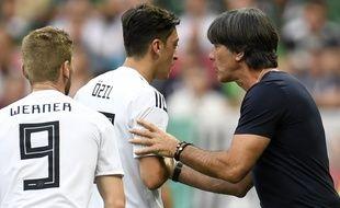 Mezut Ozil Joachim Low lors du match de l'Allemagne contre le Mexique en Coupe du monde, le 17 juin 2018 à Moscou.