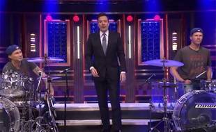 Duel à la batterie dans le Tonight Show de Jimmy Fallon entre le batteur des Red Hot Chili Peppers et l'humoriste Will Ferrell.