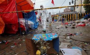La police sur les lieux d'une explosion pendant le carnaval à Oruro (Bolivie), le 11 février 2018.