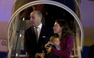 Laurent Fabius, le 30 avril, a accueilli des Français qui revenaient du Népal.      KENZO TRIBOUILLARD / AFP