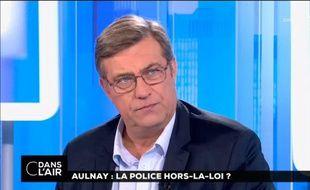 Luc Poignant, chargé de communication du syndicat Unité SGP Police, sur le plateau de l'émission «C dans l'air».