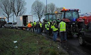 Des agriculteurs bloquent un accès menant à Paris, le 21 novembre 2013 àEragny sur Oise, dans le Val d'Oise.