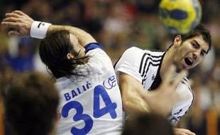 Nikola Karabatic et Ivo Balic, lors du match CO Zagreb contre Kiel, le 29 mars 2009 en quarts de finale de la Ligue des champions de handball, à Zagreb.
