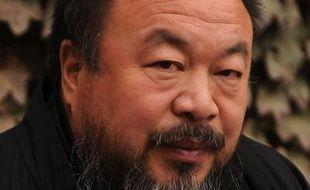 """Des partisans de l'artiste chinois Ai Weiwei, qui fait l'objet d'une enquête pour """"pornographie"""", ont choisi de manifester leur solidarité avec le célèbre dissident en posant eux-mêmes nus sur internet."""