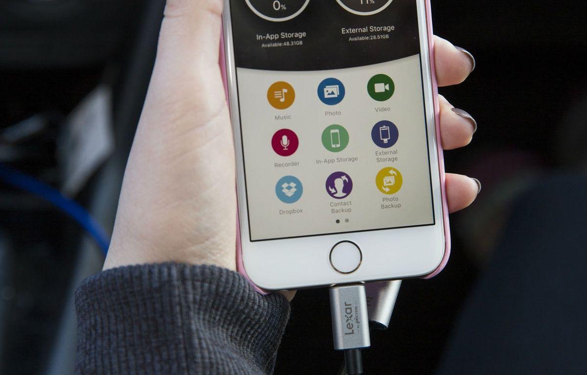 La clé USB JumpDrive C20i de Lexar permet d'accroître la mémoire de son iPhone de 128 Go. – LEXAR