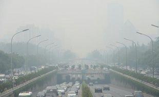Des véhicules lors d'un jour de brouillard à Pékin, le 23 juin 2015