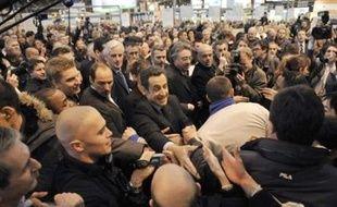 Après son discours, Nicolas Sarkozy a satisfait à la tradition en parcourant au pas de charge et dans une cohue indescriptible les allées du salon, le temps d'engloutir un verre de lait, une tranche de jambon et une pomme. Souvent applaudi à son passage, il a aussi essuyé quelques sifflets.