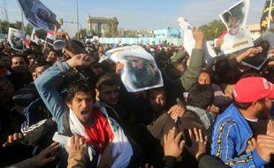 Des partisans du dignitaire chiite irakien Moqtada al-Sadr tentent d'entrer dans la Zone verte de Bagdad, qui abrite l'ambassade d'Arabie Saoudite, le 4 janvier 2016
