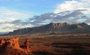 Montagnes dans le Désert de Mojave, lieu abritant de nombreux pétroglyphes amérindiens.