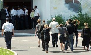 Devant l'hôtel où sont rassemblées des familles de disparus, hier à Roissy.