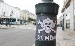 L'artiste MC a détourné le logo du club de football allemand ST Pauli pour créer un sticker ST Mémé, en hommage à sa grand-mère.