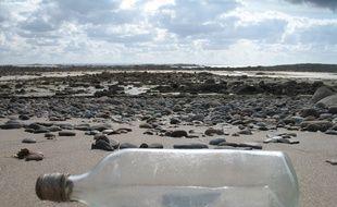 Illustration d'une bouteille posée sur une plage.