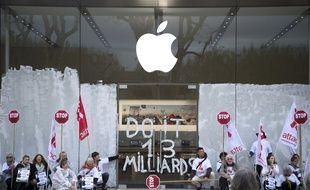 Des militants d'Attac ont repeint la façade de l'Apple Store d'Aix-en-Provence pour dénoncer l'évasion fiscale, le 1r avril 2017.