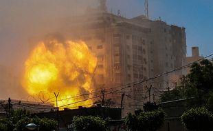 Une frappe de l'armée israélienne touche un bâtiment à Gaza le 13 mai 2021
