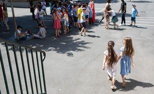 Les enfants cherchent l'ombre dans les cours de récréation.