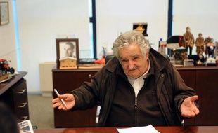"""""""Je ne suis pas un président pauvre, j'ai besoin de peu"""", explique à l'AFP l'iconoclaste président uruguayen José Mujica, qui reverse presque 90% de son salaire de 9.300 euros à une organisation d'aide au logement et critique la """"société de consommation"""" ainsi que son """"hypocrisie"""" sur la toxicomanie ou l'avortement."""