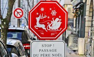 Un panneau avertissant du passage du Père Noël au Mans (Sarthe).