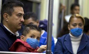 Au Mexique, les habitants se couvrent la bouche de masques alors que la grippe porcine frappe le pays.