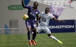 Le capitaine du TFC Max-Alain Gradel à la lutte avec le défenseur de Rennes Hamari Traoré, le 5 mai 2019 au Stadium de Toulouse.
