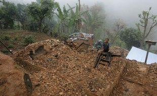 Un homme se tient sur les décombres de sa maison, à Gorkha, au Népal, le 2 mai 2015.