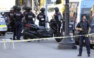 Les forces de sécurité et les services de secours sont présents place de la Catalogne, à Barcelone, où une fourgonnette a percuté la foule le 17 août 2017.
