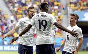 Paul Pogba fête son but avec Yohan Cabaye et Antoine Griezmann, le 30 juin 2014